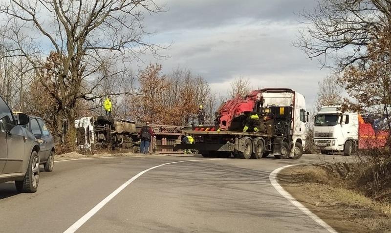 Катастрофа с ТИР ограничи движението по главен път Е-79 между