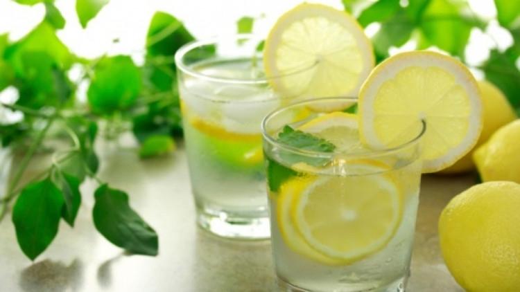 Много хора вярват, че пиенето на чаша вода с лимон