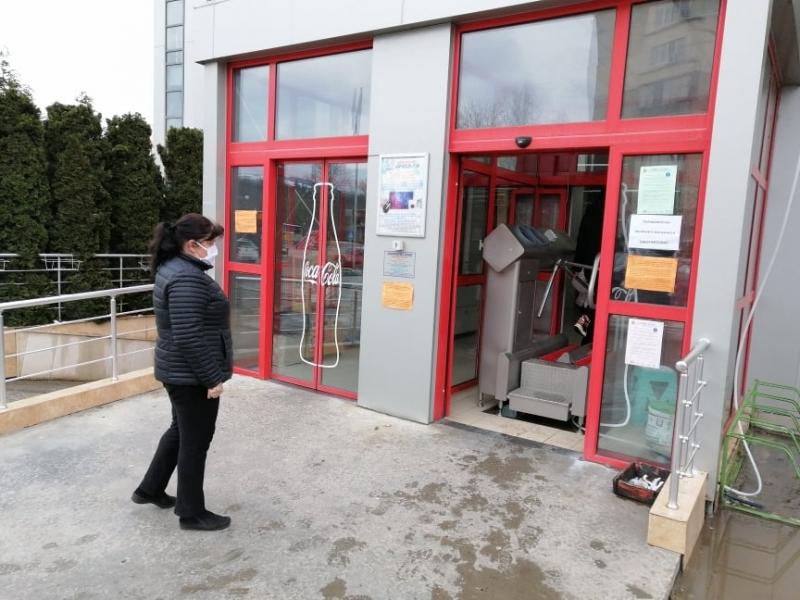 Уникална дезинфекцираща машина посреща клиентите на най-големия хипермаркет в Мездра,