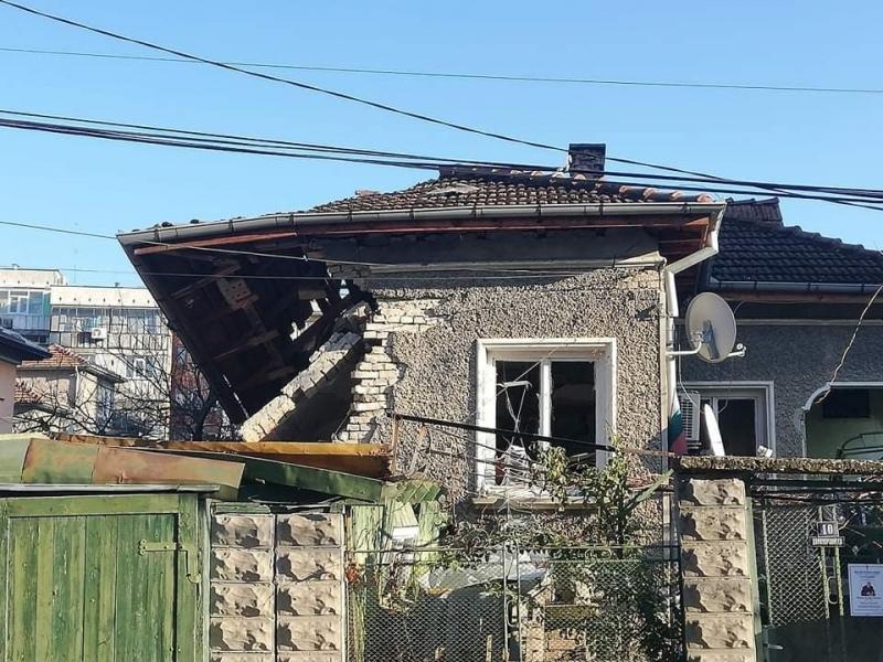 Взрив на бойлер събори стените на къща в шуменския квартал