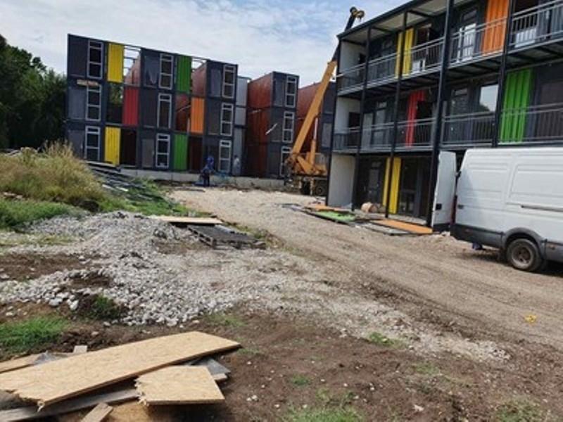 Монтажът на три многофамилни жилищни сгради от морски контейнери с