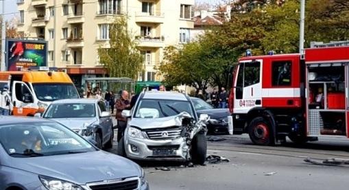 Пътен инцидент с три автомобила е станал на оживено кръстовище