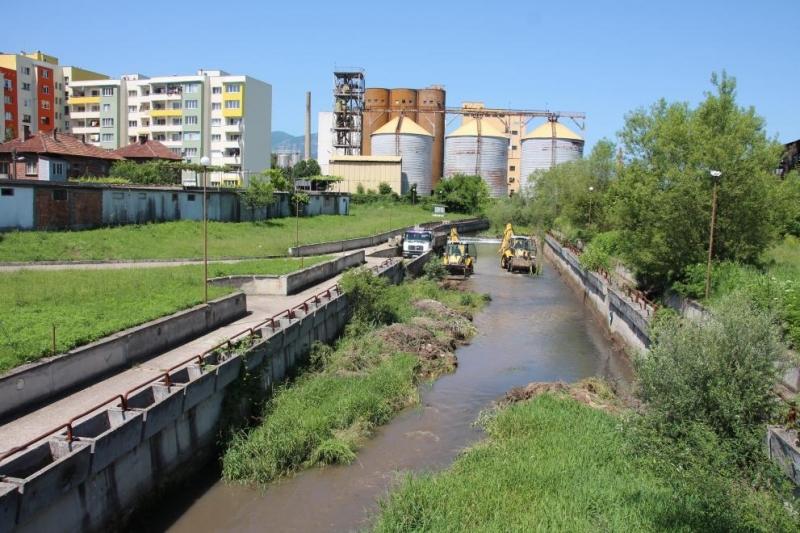 Кметът на община Мездра разпореди спешно почистване на коритото на