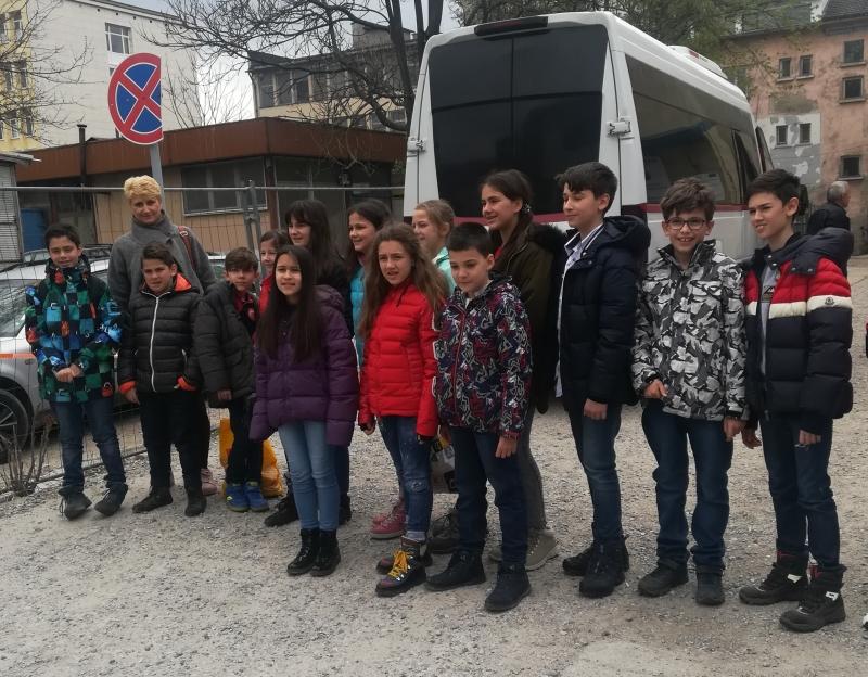 Снимка: Ученици от София зарадваха с подаръци малчугани от Мездра
