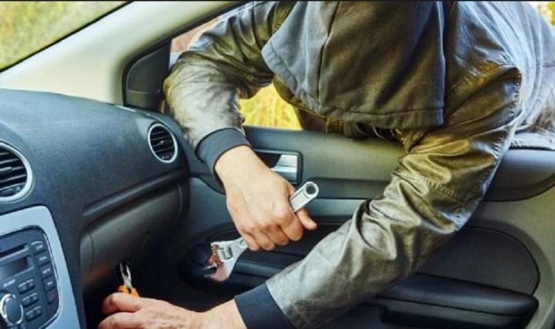 Бандит е разбил и ограбил лек автомобил, паркиран пред жилищна