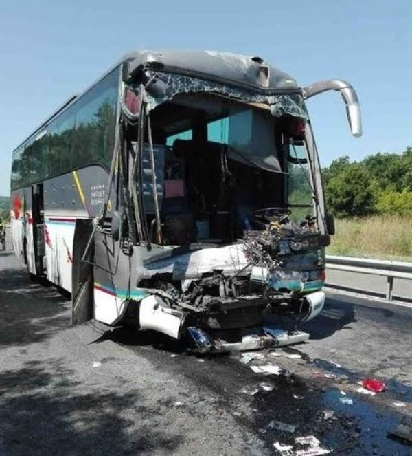 Най-малко 13 души загинаха в голяма автобусна катастрофа в Словакия,