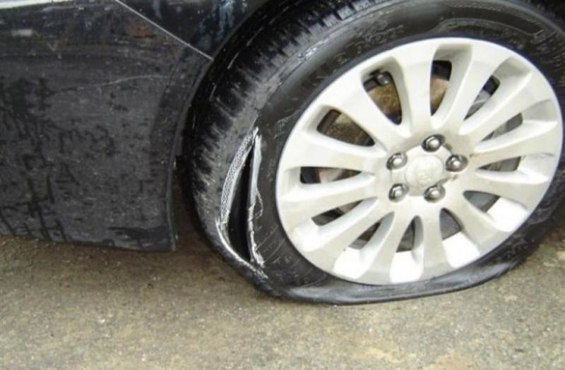 Пипнаха мъжа, нарязал гумите на коли пред врачанска фирма