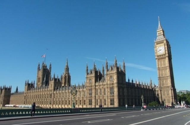 Кола се вряза в загражденията на британския парламент, съобщава ТАСС.