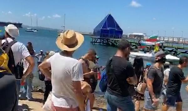 """Протестиращите стигнаха до заветния плаж на """"Росенец"""". Той обаче се"""