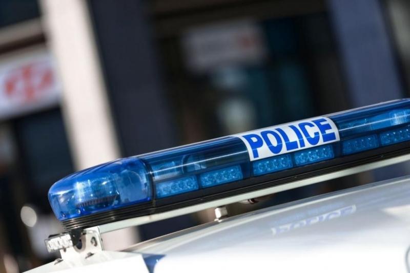 Млад шофьор помете металана врата и удари товарен автомобил, пострада