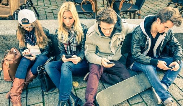 Близо 100% от младите - зависими от смартфона и социалните мрежи