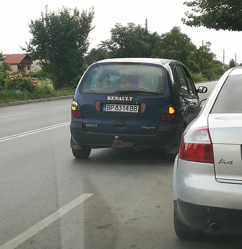 Нагъл шофьор паркира колата си на един от най-натоварените булеварди