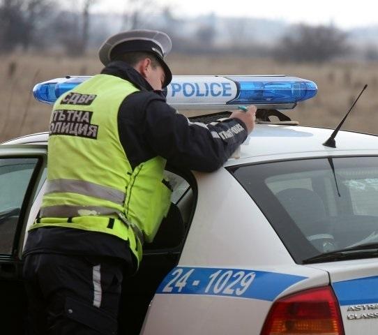 Съдят нагъл шофьор, скъсал акт от КАТ-аджии и подхвърлил в патрулката им 20 лева