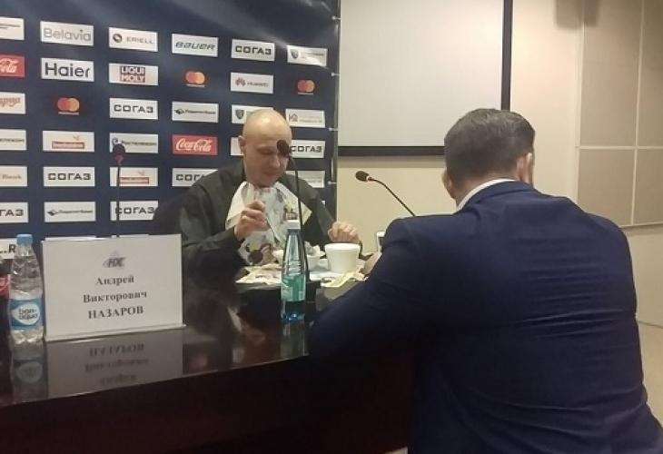 Чисто луд! Редактор изяде вестника си на пресконференция (ВИДЕО)