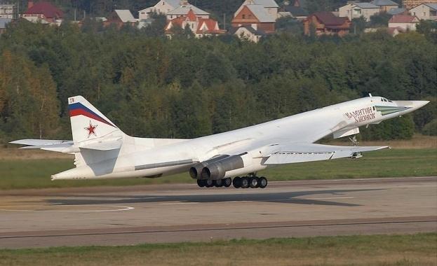 Два руски стратегически бомбардировача, способни да носят ядрено оръжие, пристигнаха