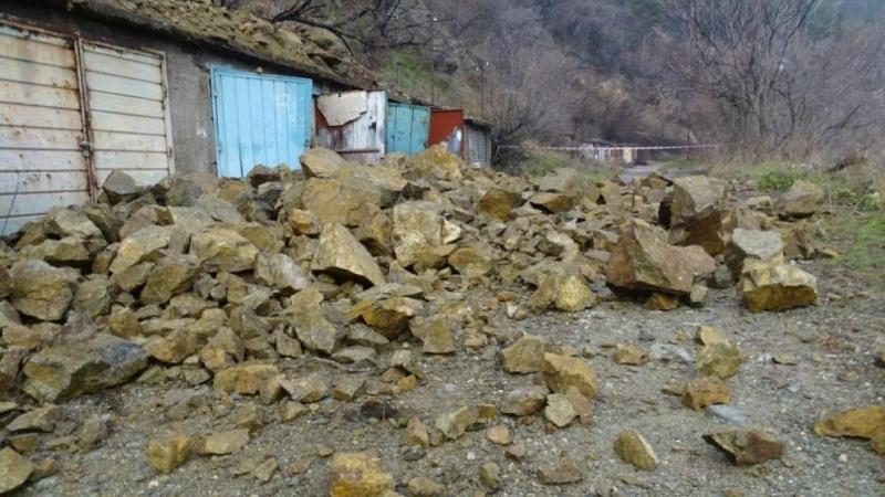 Голям скален къс се откъсна от склон в Дупница и