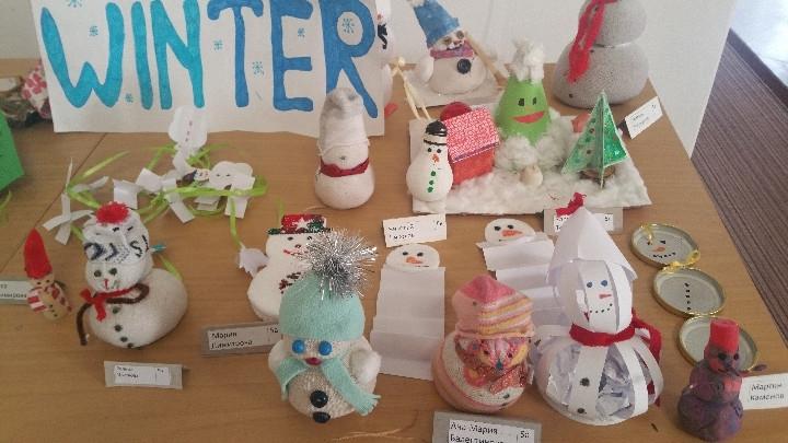 Изложба на снежни човечета, направени в специална работилница от различни