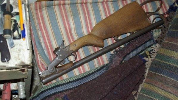 Снимка: Откриха самоделна пушка и незаконен тютюн в дома на мъж от Врачанско