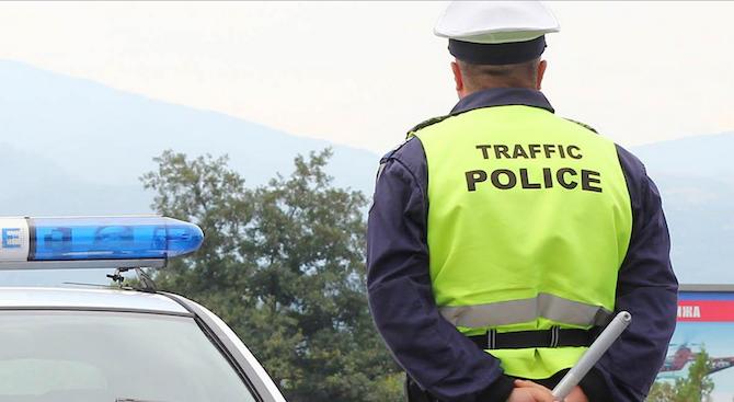 Мъж без книжка е заловен да кара кола без номера