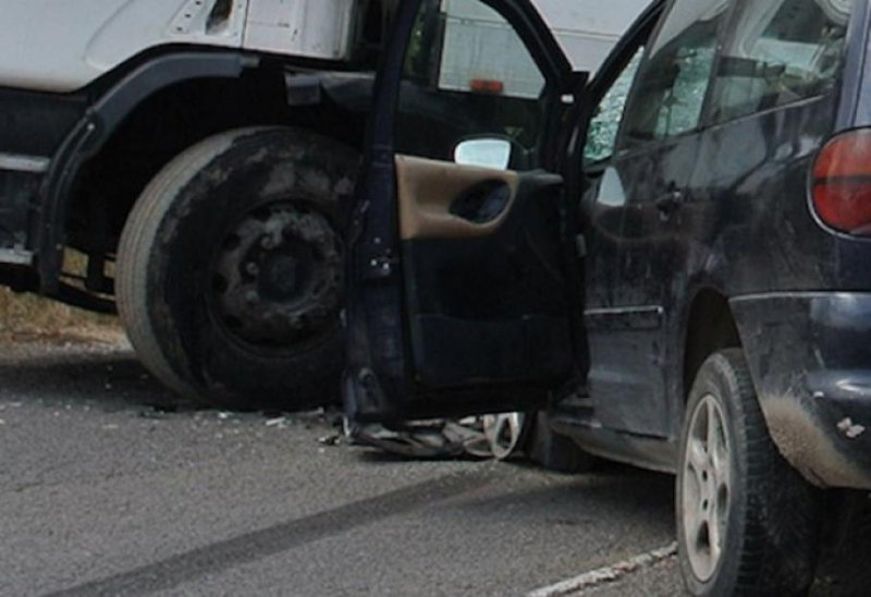 Автомобил се е блъснал в ТИР на 20 км на