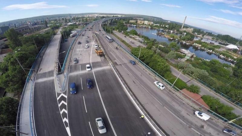 Камион падна от Аспаруховия мост във Варна, съобщиха очевидци. Инцидентът