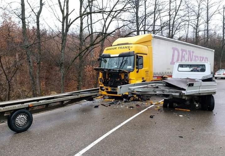 ТИР и камион катастрофираха във Видинско, научи BulNews. Пътният инцидент