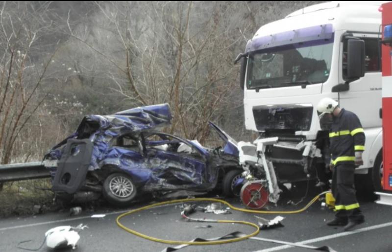Ужасяваща катастрофа между 2 тира и лек автомобил окървави пътя
