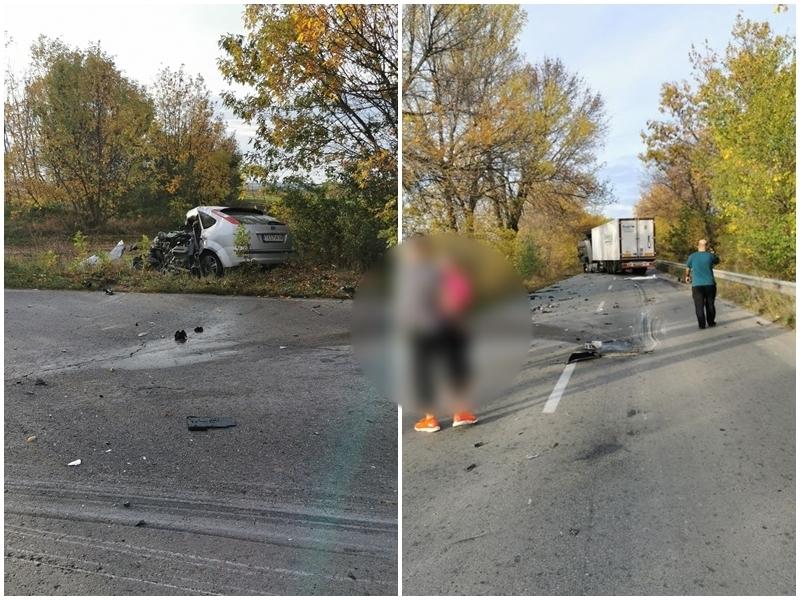 Кървава катастрофа с камион и лека кола, мъж и дете загинаха /снимки/
