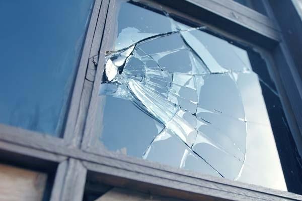 Прозорците на къща във врачанското село Крива бара са били