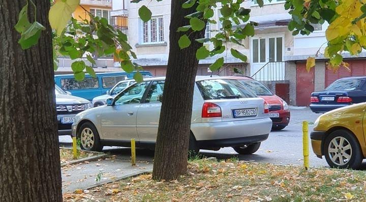 Наглост до безобразие! Шофьор блокира достъпа до парк във Враца /снимки/