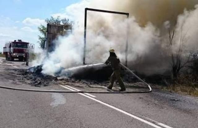 Камион със слама се запали на пътя Проглед-Чепеларе, затваряйки за