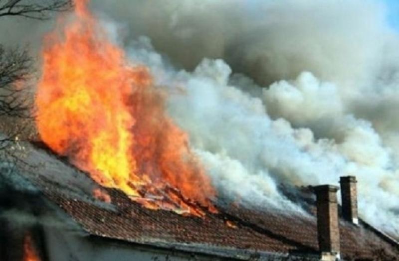 Снимка: Огнен ад! Пожар изпепели покрива на къща в Оряхово