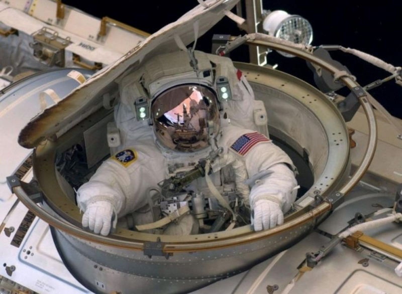 НАСА изтегли по-рано първото изцяло женско излизане в открития космос