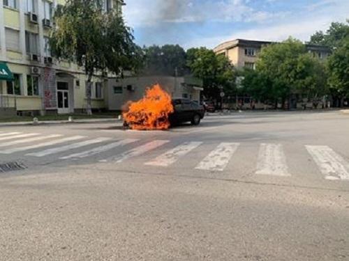 Лек автомобил се запали по време на движение в центъра на Монтана