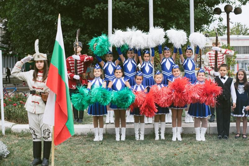 С ритуал по издигане на знамената и празнична програма Община
