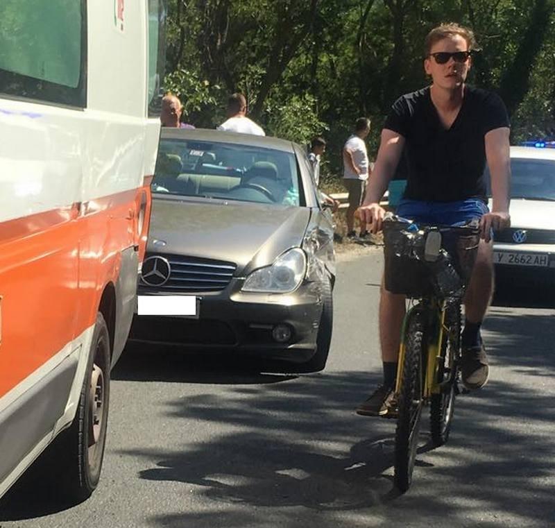 Инцидентът предизвиква сериозно задръстване по пътя към Приморско. Тежка катастрофа