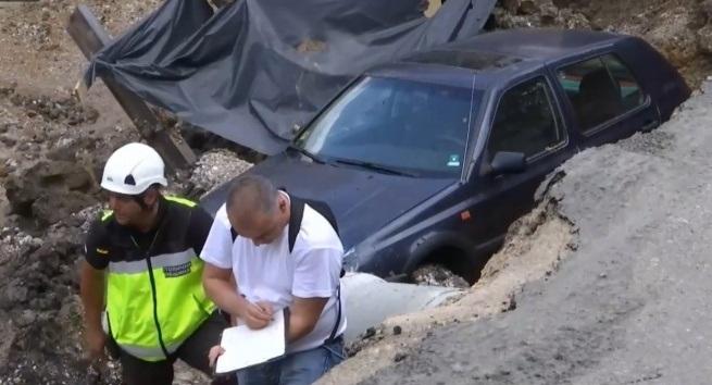 Снимка: Кола пропадна в изкоп в столицата