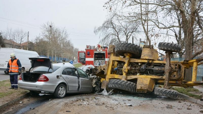 "Лек автомобил ""Мерцедес"" се удари в багер и го преобърна"