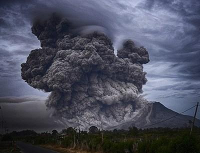 Вулкан изригна близо до ски курорт в Чили. Любителски кадри,
