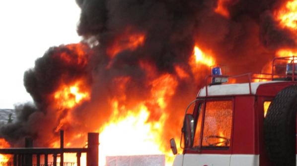 Неизвестен е запалил пожар пред хранителен магазин във Враца, съобщиха