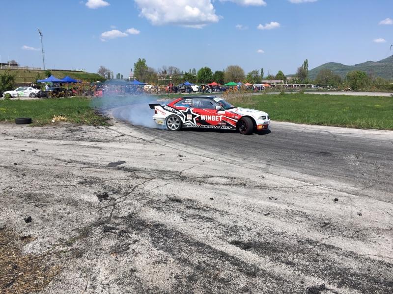 Снимка: 33 дрифтъри палят гуми на картинг-пистата във Враца, зрелището продължава /снимки/