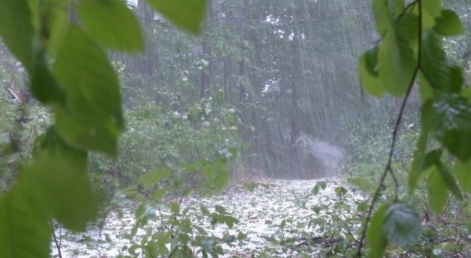 Градушка от едри ледени късове валя в продължение на 12