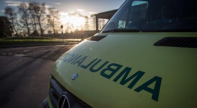 Няколко души са пострадали след като въоръжен мъж открадна линейка