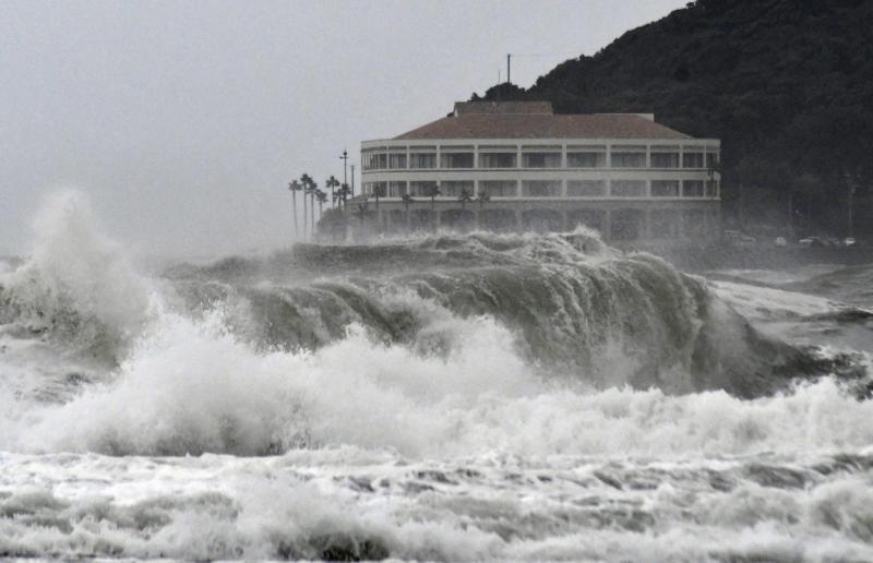 Снимка: Тропическата буря Кроса уби един човек в Япония