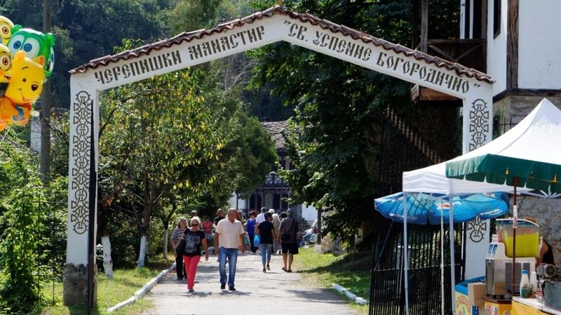 Хиляди вярващи от цялата страна посетиха днес Черепишкия манастир, за