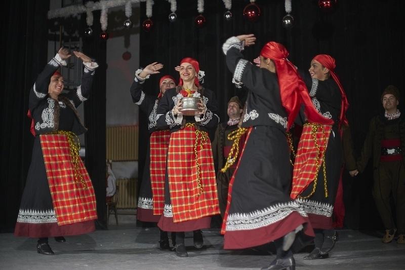 Популярни класически мелодии, коледни песни и вихрени фолклорни танци създадоха