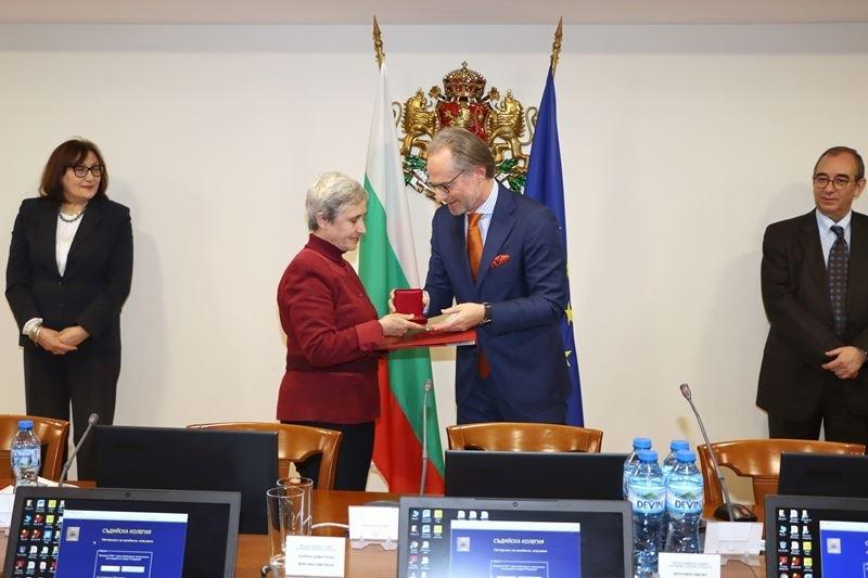 Председателят на Върховния касационен съд /ВКС/ г-н Лозан Панов връчи