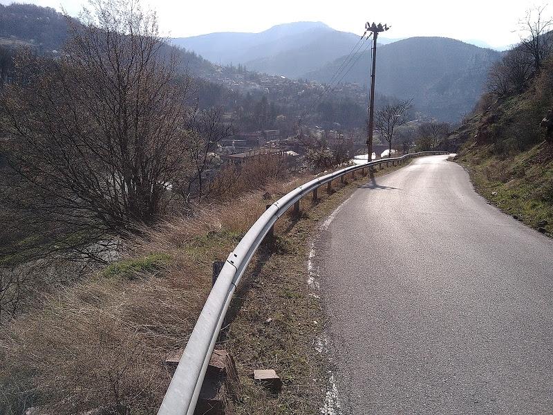 Бетонни блокове и бордюри изчезнаха от пътен строеж по маршрута