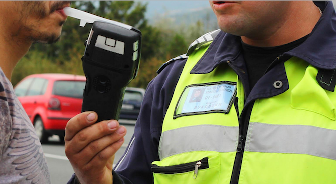 Полицаи хванаха пияни шофьори зад волана във Враца, съобщиха от