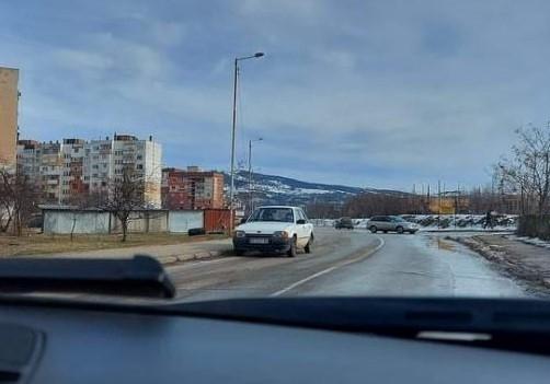 Шофьор от Враца ядоса колегите си с безумно паркиране, научи